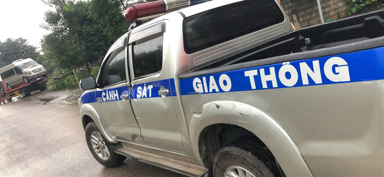 Bị truy đuổi, xe khách chở hàng chục hộp pháo lậu tông móp xe CSGT - Ảnh 1.