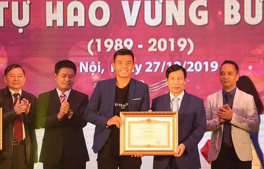 Lý Hoàng Nam nhận bằng khen của Thủ tướng Nguyễn Xuân Phúc, được đầu tư 2 tỉ đồng - Ảnh 1.