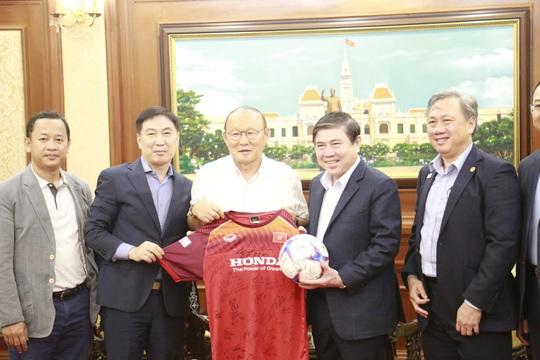 Ông Park Hang-seo không tiếc lời khen cầu thủ khi gặp Chủ tịch UBND TP HCM - Ảnh 1.
