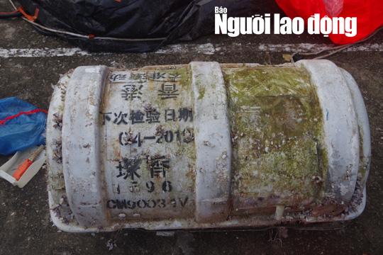 Phát hoảng khi chiếc phao bung ra từ vật lạ có chữ Trung Quốc dạt vào bờ biển - Ảnh 1.