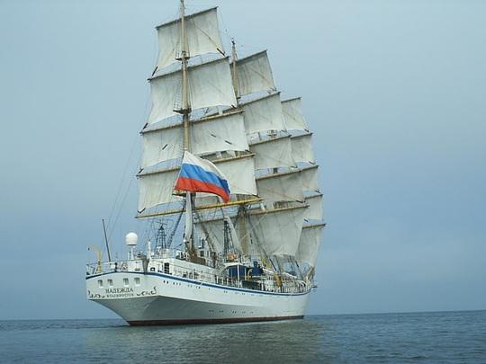 Đưa kịp thời 2 nữ thuyền viên người nước ngoài trên biển vào bờ cấp cứu - Ảnh 1.