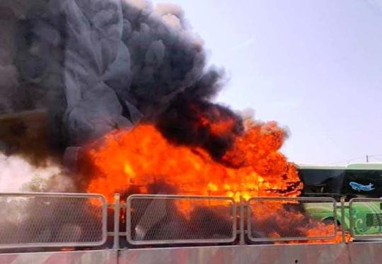 Xe khách giường nằm bốc cháy dữ dội trên Quốc lộ 1A - Ảnh 2.