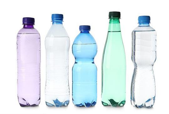 Uống nước kiểu này, nhiễm hóa chất uốn cong giới tính - Ảnh 1.