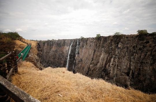 Hạn hán kinh hoàng, thác nước cao 100 mét gần cạn khô - Ảnh 4.