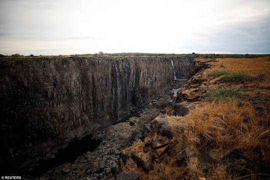 Hạn hán kinh hoàng, thác nước cao 100 mét gần cạn khô - Ảnh 3.