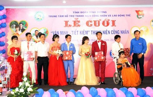 Bình Dương: Lễ cưới miễn phí cho 4 cặp thanh niên công nhân - Ảnh 1.