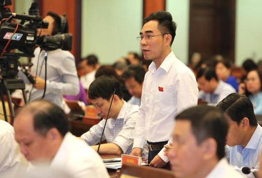 Đại biểu HĐND TP HCM kiến nghị tăng mức phạt đối với người tiểu bậy, vứt rác - Ảnh 2.