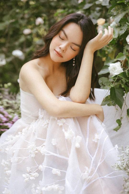 Rũ bỏ hình ảnh buồn bã, Phạm Quỳnh Anh khoe nhan sắc  nàng tiên hoa đón xuân - Ảnh 6.