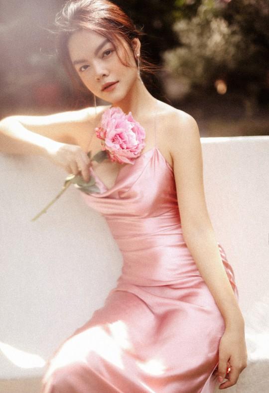 Rũ bỏ hình ảnh buồn bã, Phạm Quỳnh Anh khoe nhan sắc  nàng tiên hoa đón xuân - Ảnh 4.