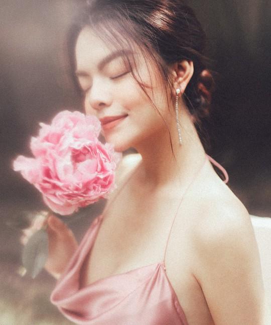 Rũ bỏ hình ảnh buồn bã, Phạm Quỳnh Anh khoe nhan sắc  nàng tiên hoa đón xuân - Ảnh 2.