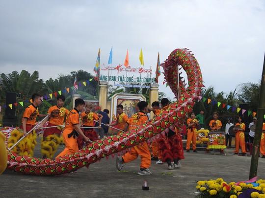 Du khách thích thú với lễ hội Cầu Bông làng rau Trà Quế - Ảnh 3.
