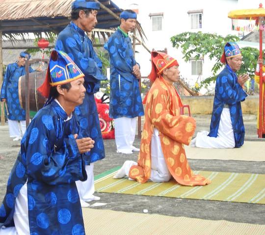 Du khách thích thú với lễ hội Cầu Bông làng rau Trà Quế - Ảnh 4.