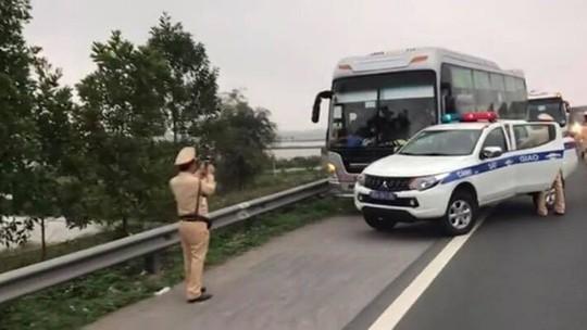 """Xe khách chở 60 người """"làm xiếc"""" trên cao tốc rồi húc vào xe CSGT - Ảnh 1."""
