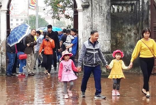 Biển người đội mưa dâng hương trước lễ khai ấn đền Trần - Ảnh 7.