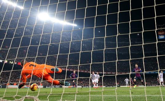 Messi ôm mặt vì hỏng phạt đền, Barcelona chật vật hạ Valladolid - Ảnh 5.
