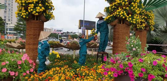 Cầu Vàng rực rỡ tại đường hoa Đà Nẵng - Ảnh 2.