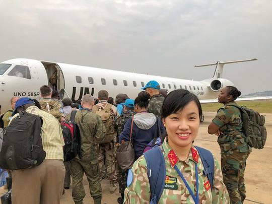 Câu chuyện bằng ảnh của nữ sĩ quan Việt Nam đầu tiên tham gia lực lượng mũ nồi xanh - Ảnh 7.