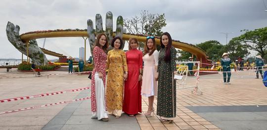 Cầu Vàng rực rỡ tại đường hoa Đà Nẵng - Ảnh 3.