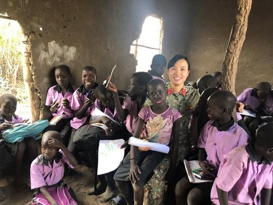 Câu chuyện bằng ảnh của nữ sĩ quan Việt Nam đầu tiên tham gia lực lượng mũ nồi xanh - Ảnh 4.