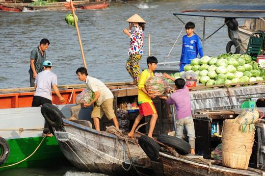 Chợ nổi lớn nhất miền Tây tấp nập nông sản những ngày giáp Tết  - Ảnh 17.