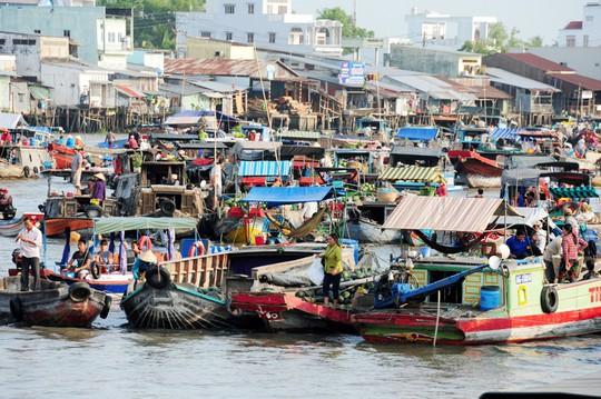 Chợ nổi lớn nhất miền Tây tấp nập nông sản những ngày giáp Tết  - Ảnh 2.
