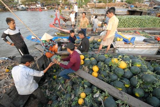 Chợ nổi lớn nhất miền Tây tấp nập nông sản những ngày giáp Tết  - Ảnh 15.