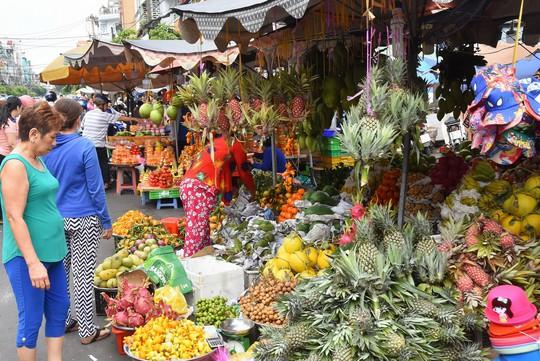 Người dân ùn ùn vào siêu thị sắm Tết, chợ truyền thống thưa vắng - Ảnh 2.