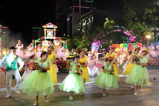 Chủ tịch Quốc Hội bỏ ống heo nghĩa tình ở đường hoa Nguyễn Huệ - Ảnh 2.