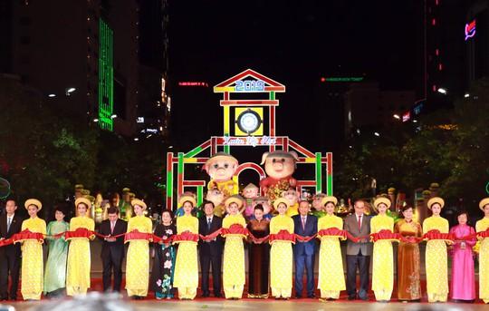 Chủ tịch Quốc Hội bỏ ống heo nghĩa tình ở đường hoa Nguyễn Huệ - Ảnh 1.