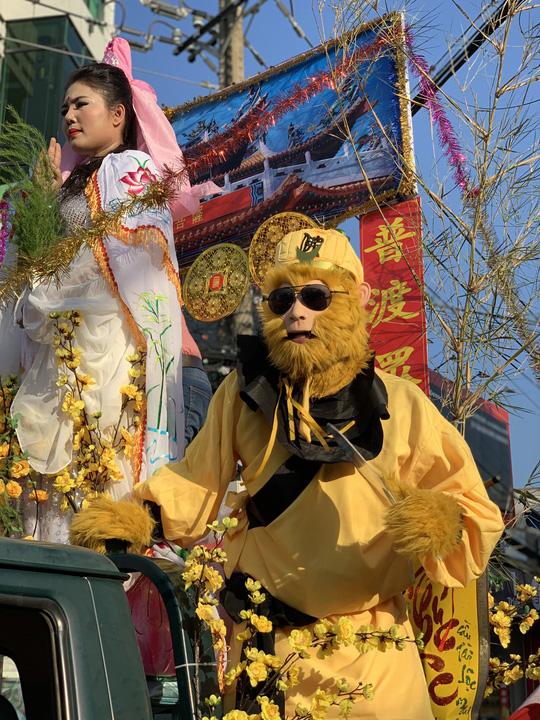 Rước kiệu Bà ở Bình Dương: Mỹ nhân đầy phố, Tề Thiên nhảy tưng bừng - Ảnh 1.