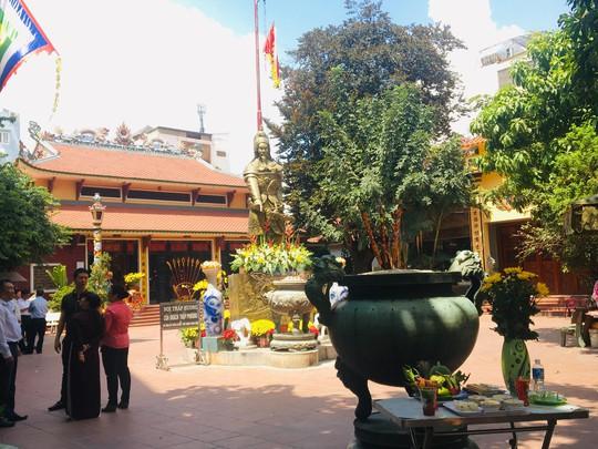 Lư hương trước tượng đài Trần Hưng Đạo đã an vị ở Đền thờ Đức thánh Trần - Ảnh 2.