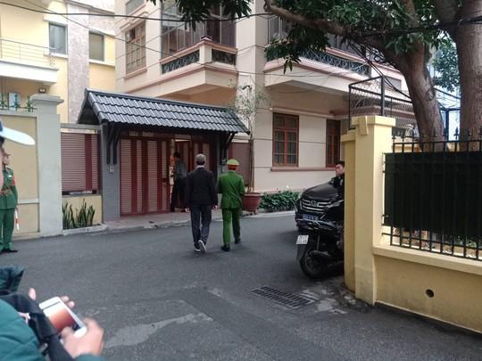 Cận cảnh khám xét nhà 2 cựu bộ trưởng Nguyễn Bắc Son và Trương Minh Tuấn - Ảnh 8.