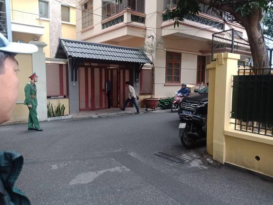 Cận cảnh khám xét nhà 2 cựu bộ trưởng Nguyễn Bắc Son và Trương Minh Tuấn - Ảnh 9.