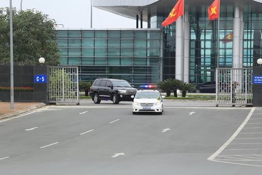 Đoàn xe rời Nội Bài về trung tâm Hà Nội sau khi máy bay Air Koryo của Triều Tiên hạ cánh - Ảnh 2.