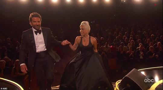 Lady Gaga và Bradley Cooper vướng nghi án phim giả tình thật - Ảnh 1.
