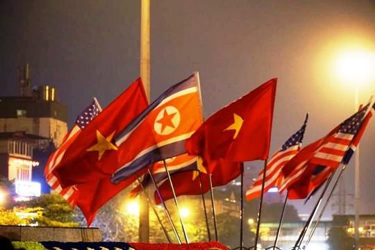 Công nhân xuyên đêm trang trí cầu Chương Dương phục vụ Hội nghị Thượng đỉnh Mỹ-Triều - Ảnh 6.