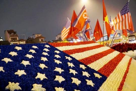 Công nhân xuyên đêm trang trí cầu Chương Dương phục vụ Hội nghị Thượng đỉnh Mỹ-Triều - Ảnh 3.