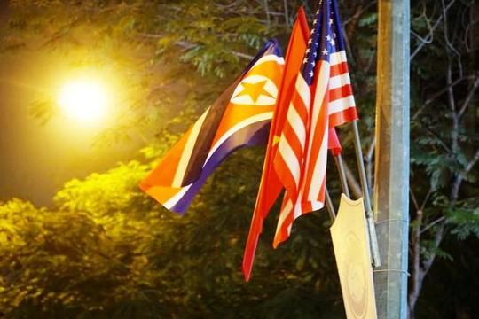 Công nhân xuyên đêm trang trí cầu Chương Dương phục vụ Hội nghị Thượng đỉnh Mỹ-Triều - Ảnh 7.