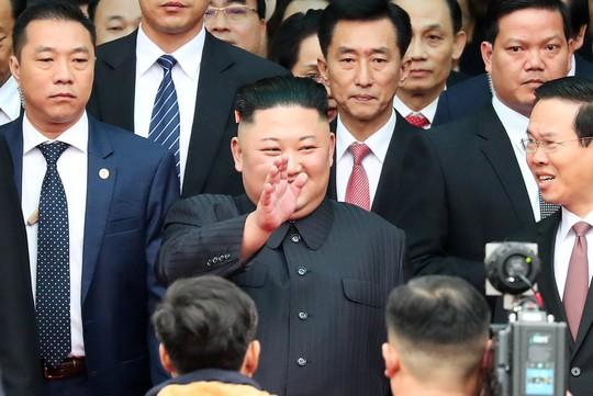 Dàn cận vệ chạy theo xe, đưa Chủ tịch Kim Jong-un rời ga Đồng Đăng - Ảnh 4.