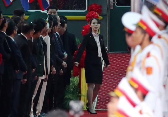 Dàn cận vệ chạy theo xe, đưa Chủ tịch Kim Jong-un rời ga Đồng Đăng - Ảnh 7.