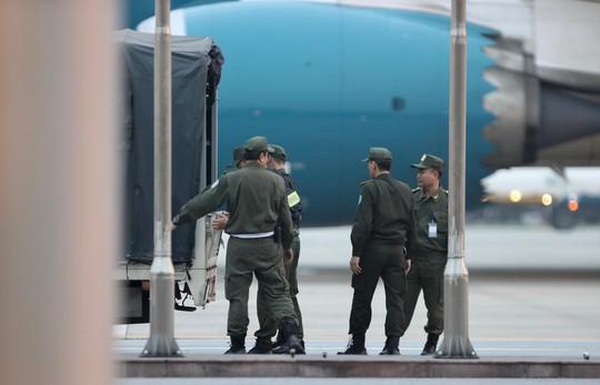 Tổng thống Donald Trump vẫy chào khi tới Hà Nội - Ảnh 4.