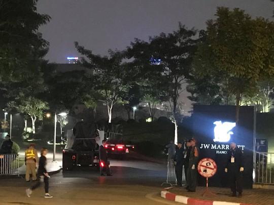 Tổng thống Donald Trump vẫy chào khi tới Hà Nội - Ảnh 2.