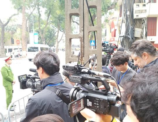 Clip đoàn xe hộ tống Chủ tịch Kim Jong-un thăm Đại sứ quán Triều Tiên - Ảnh 6.