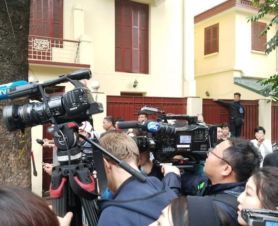 Clip đoàn xe hộ tống Chủ tịch Kim Jong-un thăm Đại sứ quán Triều Tiên - Ảnh 8.