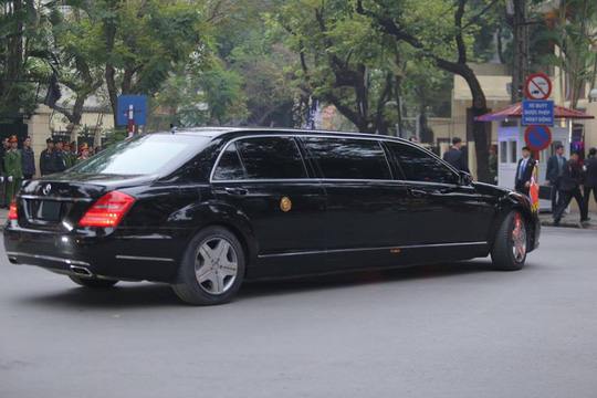 Clip đoàn xe hộ tống Chủ tịch Kim Jong-un thăm Đại sứ quán Triều Tiên - Ảnh 3.