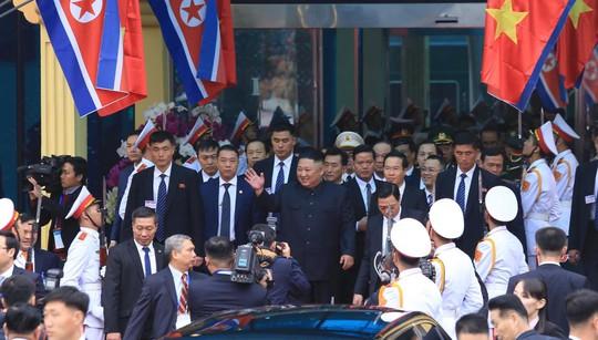 Dàn cận vệ chạy theo xe, đưa Chủ tịch Kim Jong-un rời ga Đồng Đăng - Ảnh 10.