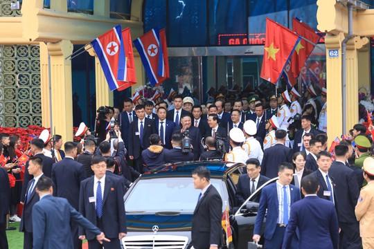 Dàn cận vệ chạy theo xe, đưa Chủ tịch Kim Jong-un rời ga Đồng Đăng - Ảnh 9.