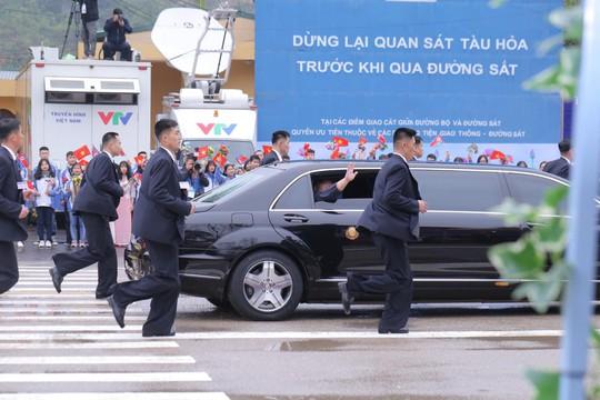 Dàn cận vệ chạy theo xe, đưa Chủ tịch Kim Jong-un rời ga Đồng Đăng - Ảnh 14.
