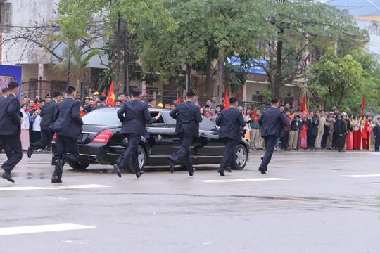 Dàn cận vệ chạy theo xe, đưa Chủ tịch Kim Jong-un rời ga Đồng Đăng - Ảnh 17.