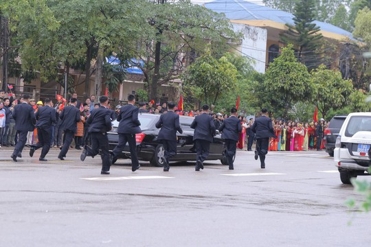 Dàn cận vệ chạy theo xe, đưa Chủ tịch Kim Jong-un rời ga Đồng Đăng - Ảnh 16.
